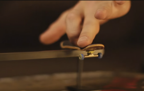 Fingerskateboarding